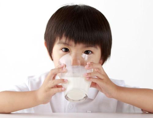Trẻ tăng động sẽ có biểu hiện nặng hơn nếu dị ứng với sữa bò